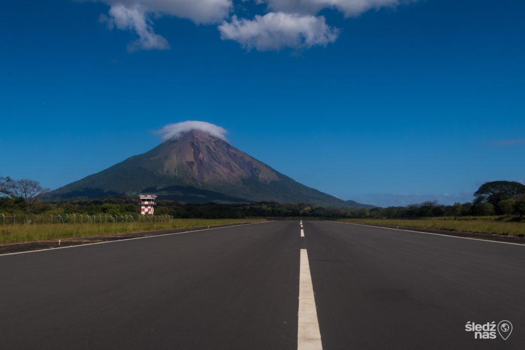 Granada nas zauroczyła, choć jej turystyczne serce jest dla nas jednak zbyt wymuskane. Zdecydowanie bardziej przypadły nam do gustu obdrapane w niektórych miejscach ściany Leon. Te dwa miasta rywalizowały ze sobą od zawsze – najpierw o status stolicy, obecnie o zainteresowanie turystów. Brak wzajemnej sympatii wynika też z różnic politycznych. Granada to ostoja konserwatystów, a Leon znany jest jako rewolucyjny bastion Nikaragui.